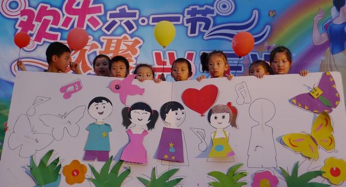 孩子现场作画《快乐的六一》-兴天汇艺术培训学校