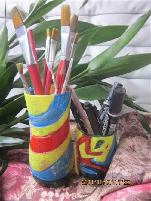作者:李妍妍 10岁 女 材料:矿泉水瓶、丙烯绘画颜料、胶等 指导教师:李月(兴天汇美术教师) 点评:孩子的色彩搭配能力很棒,能巧妙的运用废品做成漂亮的生活用品,这点值得鼓励。运用高矮对比的搭配,使笔筒更有生动性和实用性。